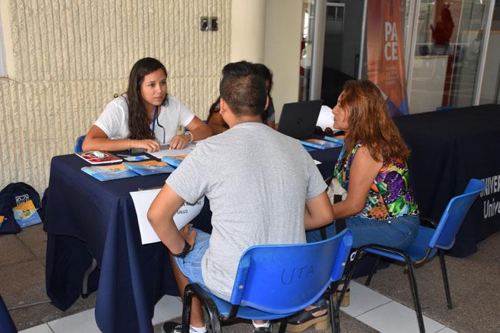 Foto Noticia Profesionales PACE resolviendo dudas de estudiantes